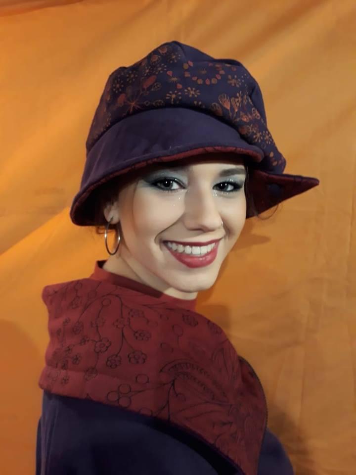 Modelo 100% PIRATA : Chaqueta de punto de algodón color lila/granate con sombrero a juego.