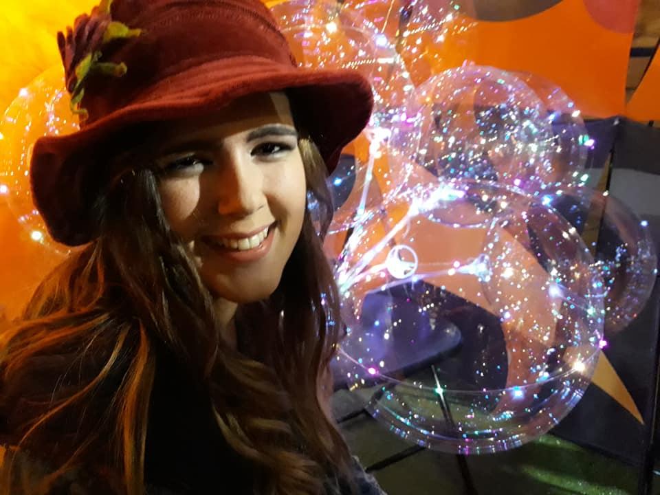 Maria modelo desfile de moda , conjunto falda, camiseta y chaqueta colección : 100% PIRATA Complementos : sombrero y riñonera de 100% PIRATA