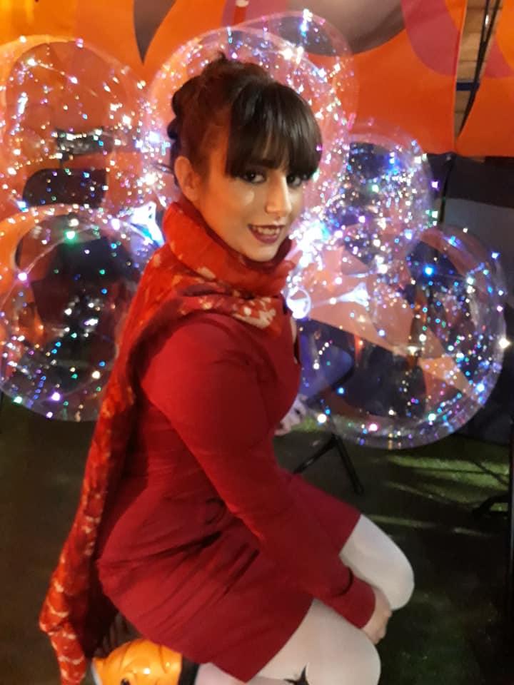 Modelo vestido rojo de Zergatik con pañuelo seda/lana de 100% PIRATA .