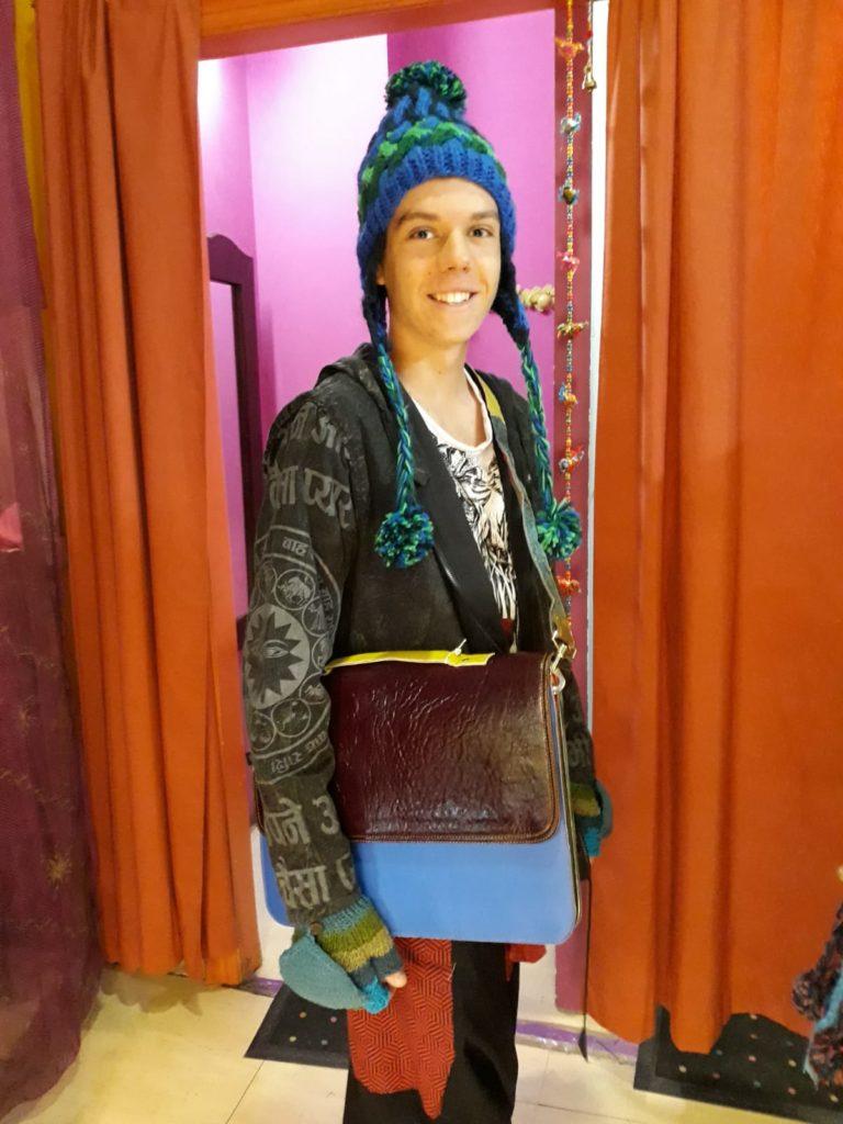 Modelo chico estilo hippie chic , chaqueta de algodón con foro polar y capucha . Bolso de piel de colores ...