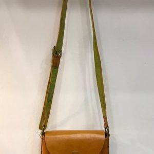 Bolso de mano bandolera hecho en piel, color mostaza