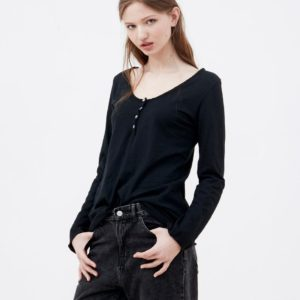 Camiseta negra 3 botones